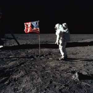 Edwin Aldrin saluda a la bandera de EEUU