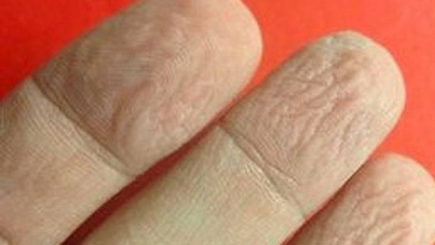 dedos arrugados en el agua